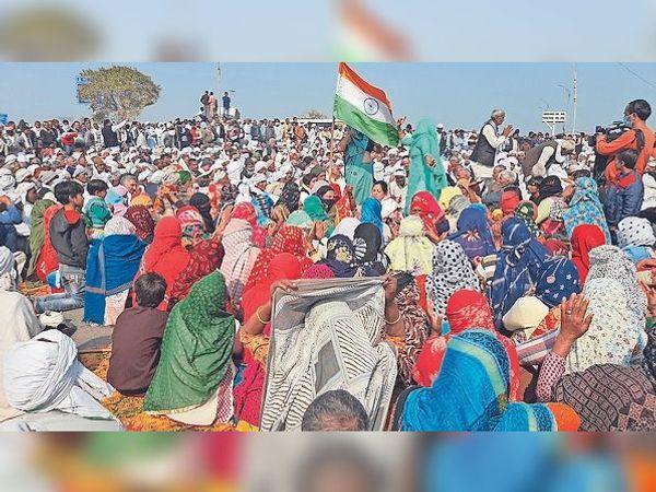 नेशनल हाईवे-19 पर चक्का जाम में उमड़ी किसानों की भीड़। - Dainik Bhaskar