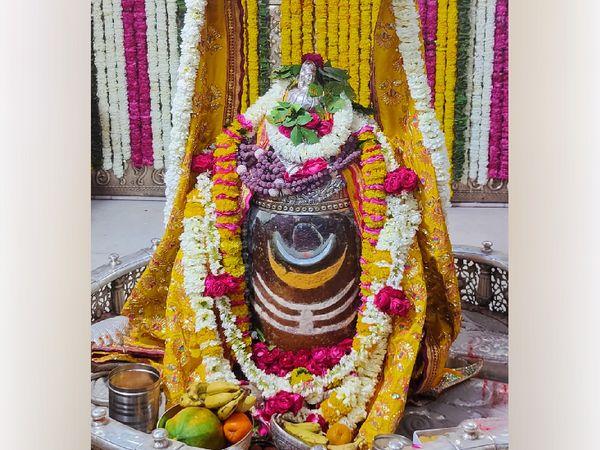 बाबा की भस्मारती में श्रद्धालुओं के शामिल होने की बात को लेकर प्रशासन और मंदिर समित के लोग खुलकर कुछ भी बोलने को तैयार नहीं हैं। - Dainik Bhaskar