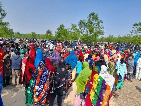 शव मिलने की सूचना पर घटनास्थल पर जुटी लोगों की भीड़। - Dainik Bhaskar