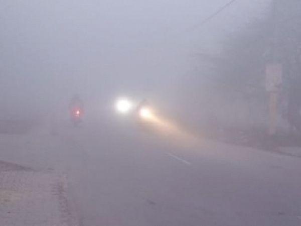 श्री गोइंदवाल साहिब मार्ग पर धुंध में वाहन चालक हेड लाइटंें जलाकर जाते हुए। -भास्कर - Dainik Bhaskar