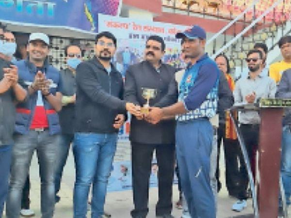 रेलवे क्रिकेट प्रतियोगिता में रेलवे सुरक्षा बल के अरुण मैन ऑफ द मैच पुरस्कार प्राप्त करते हुए। - Dainik Bhaskar
