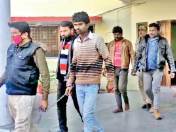 छतरपुर। आरोपियों को थाने से ले जाते हुए पुलिस के जवान। - Dainik Bhaskar