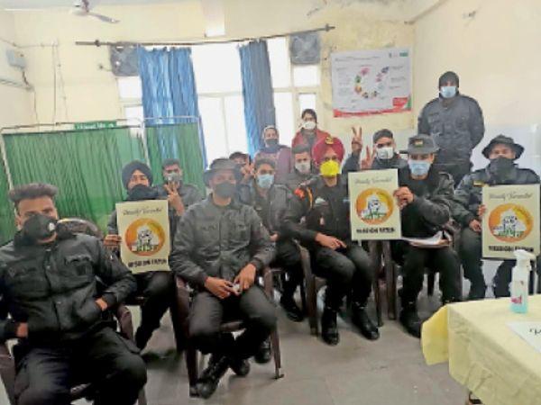 शनिवार को प्रशिक्षण सेंंटर बहादुरगढ़ के कमांडो को भी टीके लगाए गए। - Dainik Bhaskar