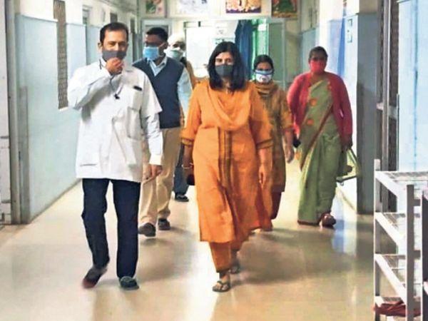 चेकअप के बाद डॉक्टरों ने बताया कि वह 5-6 माह की गर्भवती है तो परिजनों के पैरों तले जैसे जमीन ही खिसक गई। - Dainik Bhaskar