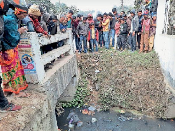 पूर्णिया में शनिवार को राजेंद्र बाल उद्यान के पास इसी कल्वर्ट के नीचे लाश मिली। - Dainik Bhaskar
