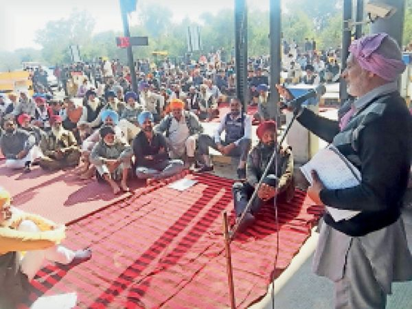 बछुआं टोल प्लाजा पर रोष रैली को संबोधित करते किसान नेता। - Dainik Bhaskar