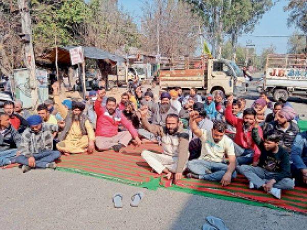 कटारियां में चक्का जाम करके केंद्र सरकार के खिलाफ नारेबाजी करते किसान संगठन। - Dainik Bhaskar