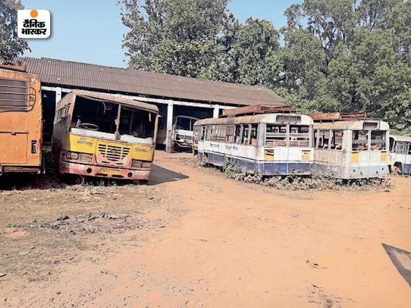 तिलकामांझी स्थित सरकारी बस डिपो। - Dainik Bhaskar