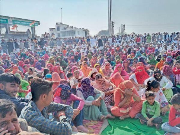 लांधड़ी-चिकनवास टोल महिला किसान बड़ी तादाद में पहुंचीं। यहां हजारों की संख्या में पहुंचे किसानों ने जोरदार विरोध दर्ज करवाा। - Dainik Bhaskar
