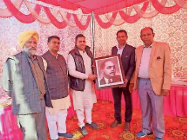 कुरुक्षेत्र   सेना से सेवानिवृत्त हुए पवन को सम्मानित करते पूर्व विधायक डॉ. पवन सैनी - Dainik Bhaskar