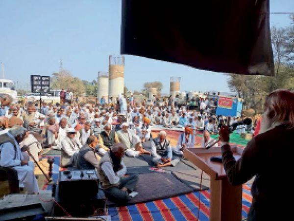 पाली में अंडरपास की मांग को लेकर आयोजित महापंचायत में भाग लेते ग्रामीण। - Dainik Bhaskar