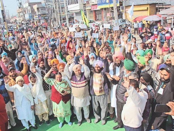 जमालपुर चौक पर किसानों के समर्थन में इलाका निवासियों ने रोष प्रदर्शन कर जाम लगाया। - Dainik Bhaskar