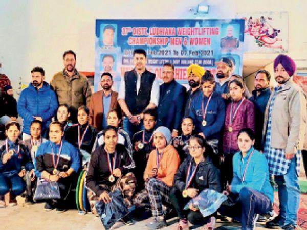 डिस्ट्रिक्ट वेटलिफ्टिंग चैंपियनशिप की शुरुआत शनिवार को रखबाग स्थित लुधियाना वेटलिफ्टिंग और बॉडी बिल्डिंग क्लब में हुई। - Dainik Bhaskar