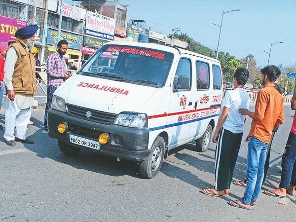 एंबुलेंस और जरूरी काम से आने-जाने वालों को नहीं रोका गया। - Dainik Bhaskar