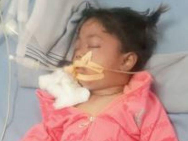 हादसे में घायल बच्ची का अस्पताल में इलाज जारी है। - Dainik Bhaskar