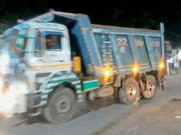 होशंगाबाद। शनिवार रात 9 :00 बजे के बाद मीनाक्षी चौक से निकलते डंपर और भारी वाहन। - Dainik Bhaskar
