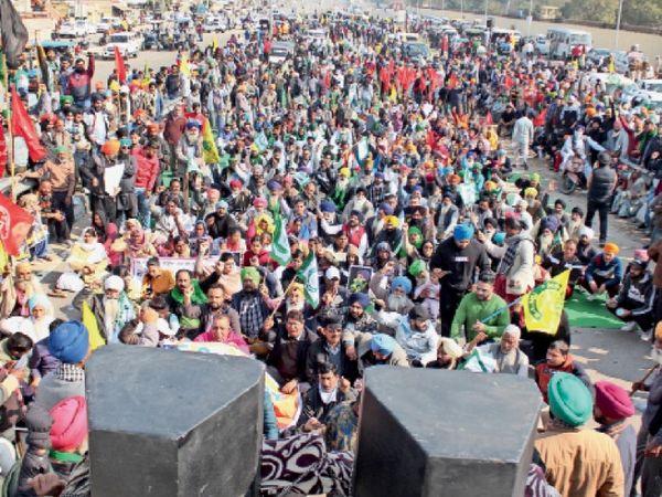 दिल्ली में गिरफ्तार किए गए किसानों को रिहा करवाने के लिए पीएपी फ्लाईओवर पर धरना प्रदर्शन करते किसान समर्थक संस्थाएं व लोग। प्रदर्शन में बच्चों से लेकर बुजुर्गों शामिल हुए।- भास्कर - Dainik Bhaskar