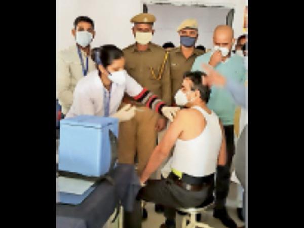 जेल डिस्पेंसरी में कोविड टीका लगवाते जेल अधीक्षक संजय यादव। - Dainik Bhaskar
