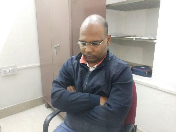 एसडीएम के सूचना सहायक एकांत 1 लाख की रिश्वत लेते रंगे हाथों गिरफ्तार किया - Dainik Bhaskar
