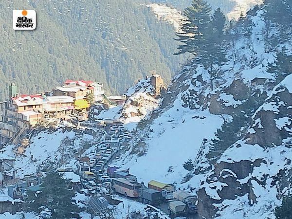 हिमाचल के शिमला में बर्फबारी से लोग काफी प्रभावित हैं। यहां सड़कों पर भी बर्फ की मोटी परत छा गई है।