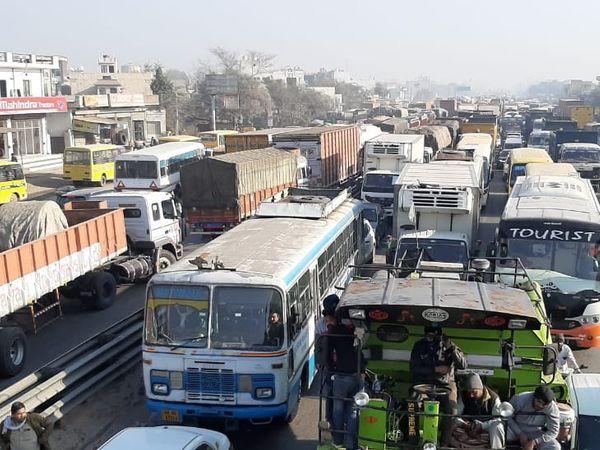 बहरोड़ में अलवर जाने वाले रोड पर वाहनों का जाम। - Dainik Bhaskar