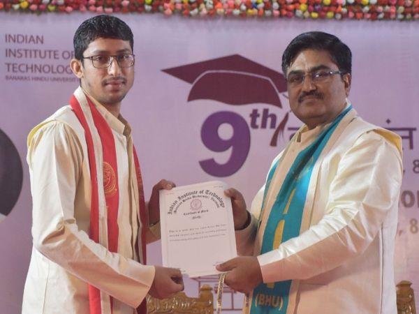 दीक्षांत समारोह में निदेशक प्रो प्रमोद कुमार जैन द्वारा प्रेसीडेंटस गोल्ड मेडल प्राप्त करते अंकनबोहरा। - Dainik Bhaskar