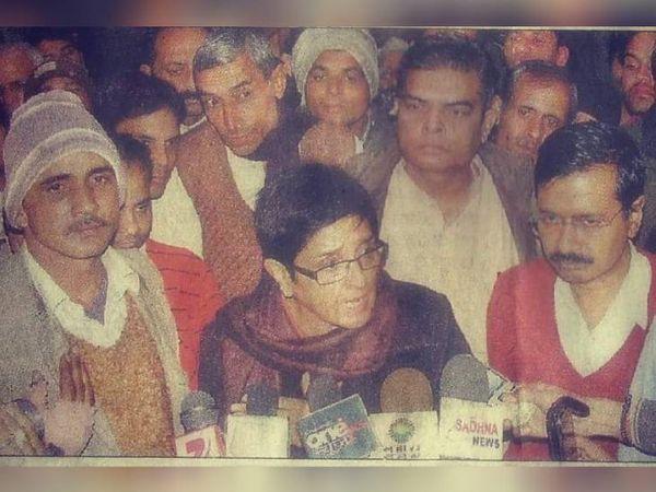 तस्वीर तब की है जब मनोज आर्य अरविंद केजरीवाल के साथ अन्ना आंदोलन से जुड़े थे। वे कई सालों तक आम आदमी पार्टी में रहे।
