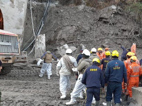 राहत-बचाव कार्य में जुटी SDRF और NDRF की टीम। यहां टनल में अभी भी 100 से ज्यादा लोग फंसे हैं।