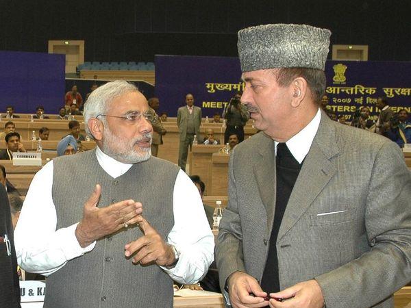 नरेंद्र मोदी और गुलाम नबी आजाद की यह फोटो 20 दिसंबर 2007 की है। वे आंतरिक सुरक्षा के मुद्दे पर दिल्ली में हुई कॉन्फ्रेंस में शामिल हुए थे। तब मोदी गुजरात के और आजाद जम्मू-कश्मीर के मुख्यमंत्री थे।