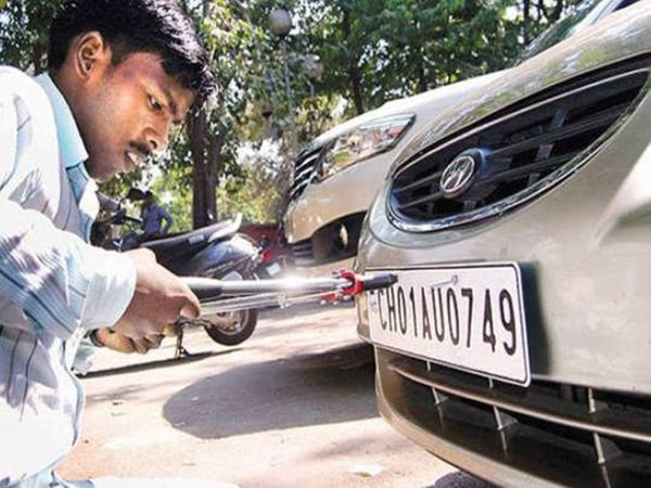 यूपी के आठ जिलों में अब लोग घर बैठे नंबर प्लेट लगवा सकते हैं। इसके लिए हालांकि उन्हें ज्यादा शुल्क देना होगा। - Dainik Bhaskar