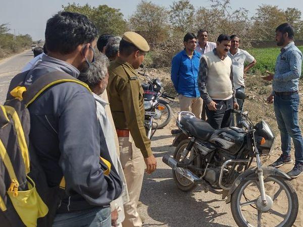 घटना स्थल पर पीड़ित से जानकारी लेती बहरोड़ पुलिस। - Dainik Bhaskar