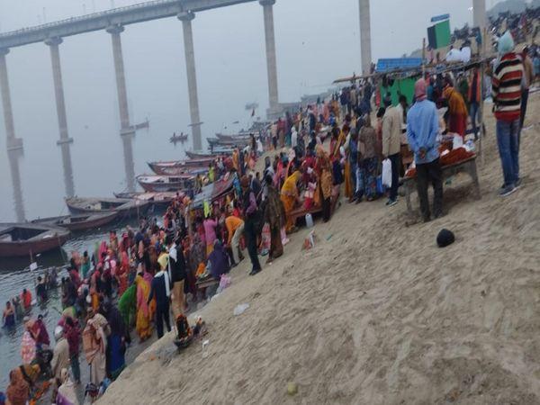 NDRF और जल पुलिस की टीम गंगा की गोद में भी निगरानी भी कर रही है।
