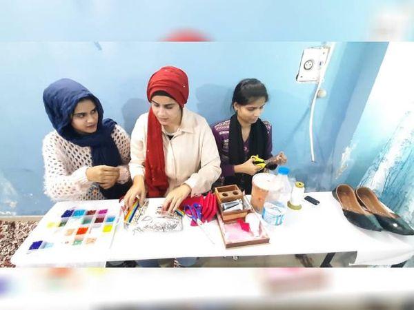 नाजिश और उनकी बहन हाथ से सैंडल्स पर डिजाइन क्रिएट करती हैं और फिर उसे ऑनलाइन बेचती हैं।