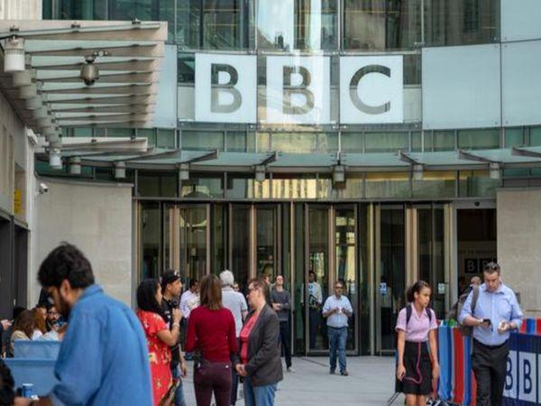 लंदन में BBC के ऑफिस के बाहर मौजूद लोग। चीन ने BBC को अपने देश में बैन कर दिया है। ब्रिटेन और चीन के बीच पिछले साल से ही हॉन्गकॉन्ग के अलावा दूसरे कुछ मुद्दों पर भी विवाद जारी हैं। - Dainik Bhaskar