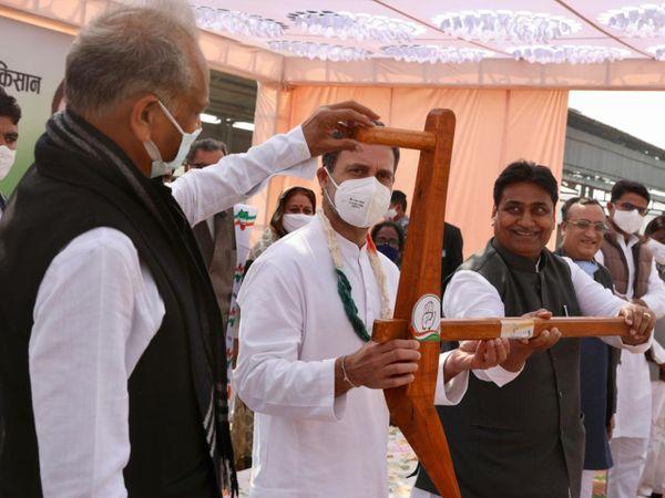 पीलीबंगा में राहुल गांधी ने  कृषि कानूनों के मुद्दे पर केंद्र सरकार पर निशाना साधा।  उन्होंने कहा कि अगर तीन कृषि कानून लागू हुए तो देश के 40% लोग बेरोजगार हो जाएंगे। - Dainik Bhaskar