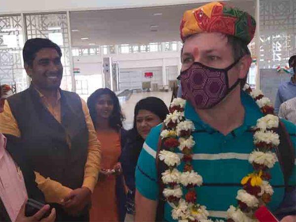 पर्यटकों के पहुंचने के साथ पर्यटन से जुड़े लोगों के चेहरे खिल उठे।