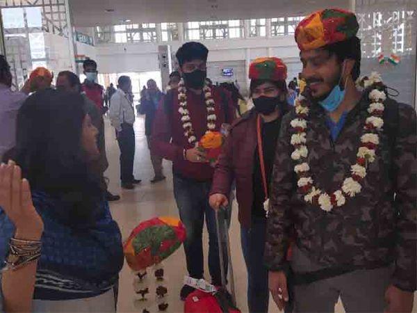 स्पाइस जेट के साथ करार के बाद आज पहली फ्लाइट से जैसलमेर पहुंचे 57 यात्रियों का जोरदार स्वागत किया गया। - Dainik Bhaskar