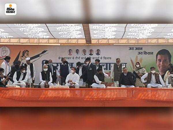 मंच पर राहुल गांधी के सबसे करीब अशोक गहलोत और गोविन्द सिंह डोटासरा बैठे हुए थे। जबकि सचिन पायलट को दाएं से तीसरें नंबर पर जगह मिली।