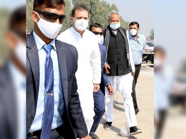 सूरतगढ़ एयर स्ट्रिप से राहुल गांधी के साथ बाहर निकलते अशोक गहलोत।