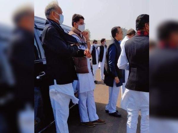 सूरतगढ़ एयर स्ट्रिप के बाहर राहुल गांधी का इंतजार करते हुए साथ नजर आए गहलोत और पायलट।