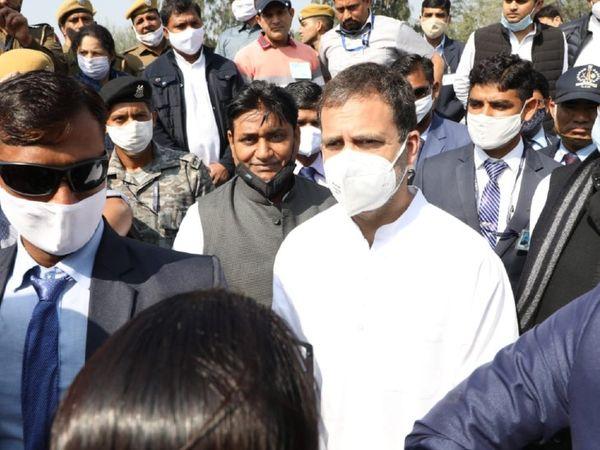 हेलिकॉप्टर से उतरने के बाद राहुल गांधी का स्वागत करते कांग्रेस नेता।