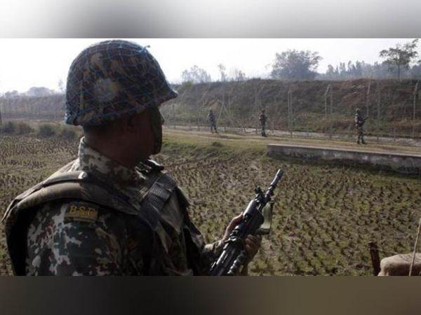 तरनतारन के खालड़ा सेक्टर में सर्च ऑपरेशन में जुटे BSF के जवान। -फाइल फोटो - Dainik Bhaskar