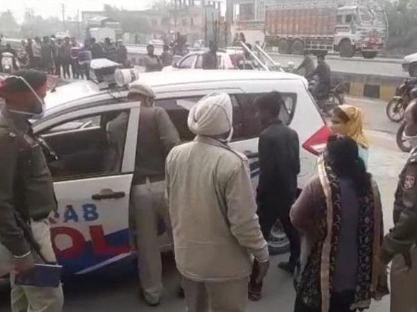 गैस्ट हाउस में कार्रवाई के बाद लौटती पुलिस। - Dainik Bhaskar