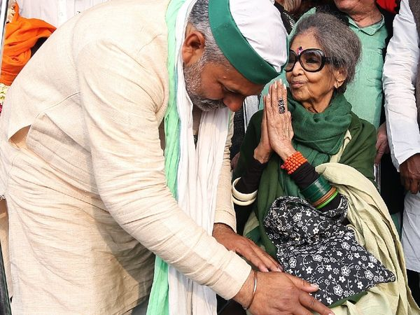 तारा गांधी ने शनिवार को गाजीपुर बॉर्डर पर किसानों से मुलाकात की। उनके पैर छूते हुए भारतीय किसान यूनियन के नेता राकेश टिकैत। - Dainik Bhaskar