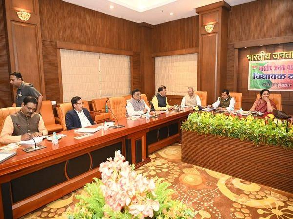 तस्वीर रायपुर की है। कुशाभाउ ठाकरे परिसर में बैठक के बाद डी पुरंदेश्वरी वापस लौट गईं। विधानसभा में भाजपा नेताओं के तौर-तरीकों पर भी उनकी नजर रहेगी। - Dainik Bhaskar