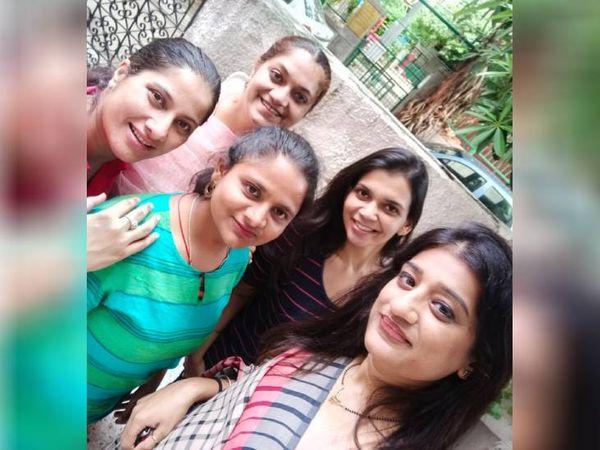 दिव्या राजपूत, पूजा अरोड़ा, सुरभि सिन्हा, आस्था और क्रिस्टीना ग्रोवर, ये पांचों मिलकर ऑनलाइन स्टार्टअप चला रही हैं। - Dainik Bhaskar