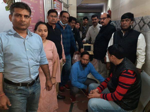 गाजियाबाद में नर्सिंग होम पर रेड के दौरान फरीदाबाद के स्वास्थ्य विभाग की टीम। - Dainik Bhaskar