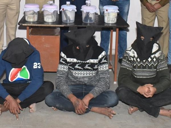यह तस्वीर टाइल्स कारोबारी को लूटने वाले लुटेरों की है, जिन्हें पुलिस ने गिरफ्तार कर लिया है। - Dainik Bhaskar