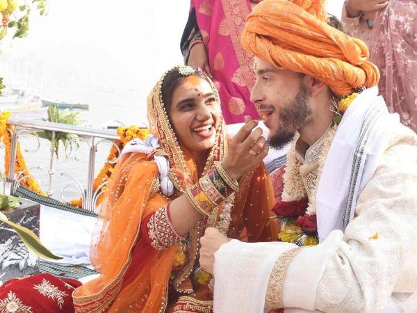 शादी के दौरान रस्में निभाती धरती।