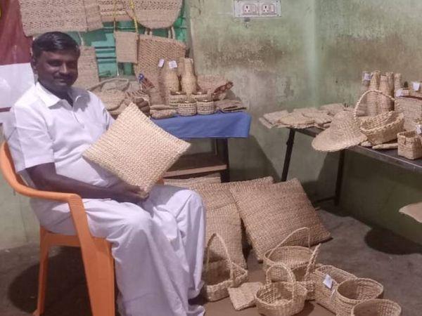 तमिलनाडु के मदुरै में रहने वाले मुरुगेसन केले के वेस्ट से इको फ्रैंडली प्रोडक्ट तैयार कर रहे हैं। - Dainik Bhaskar